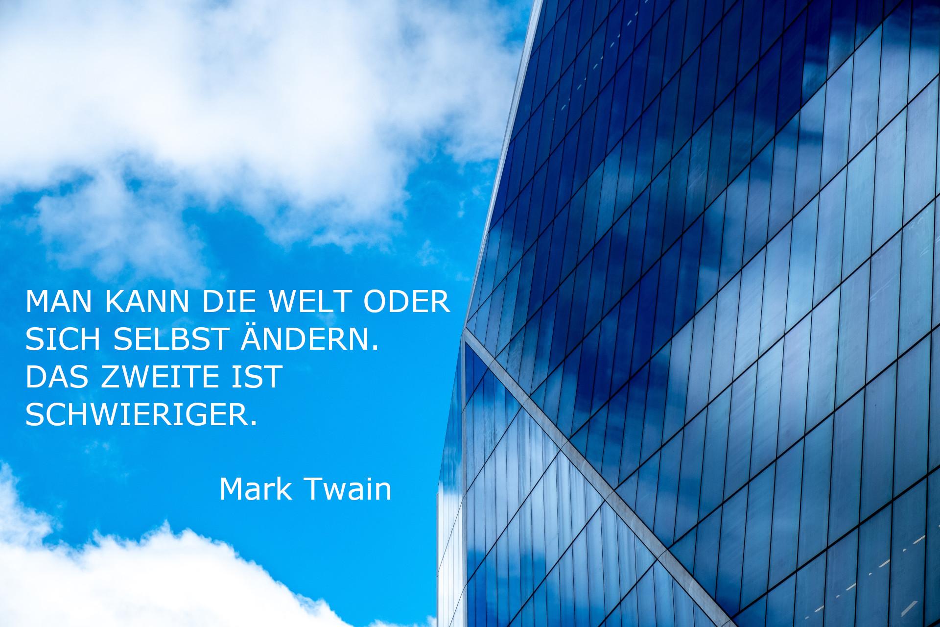 Himmel und Bürogebäude